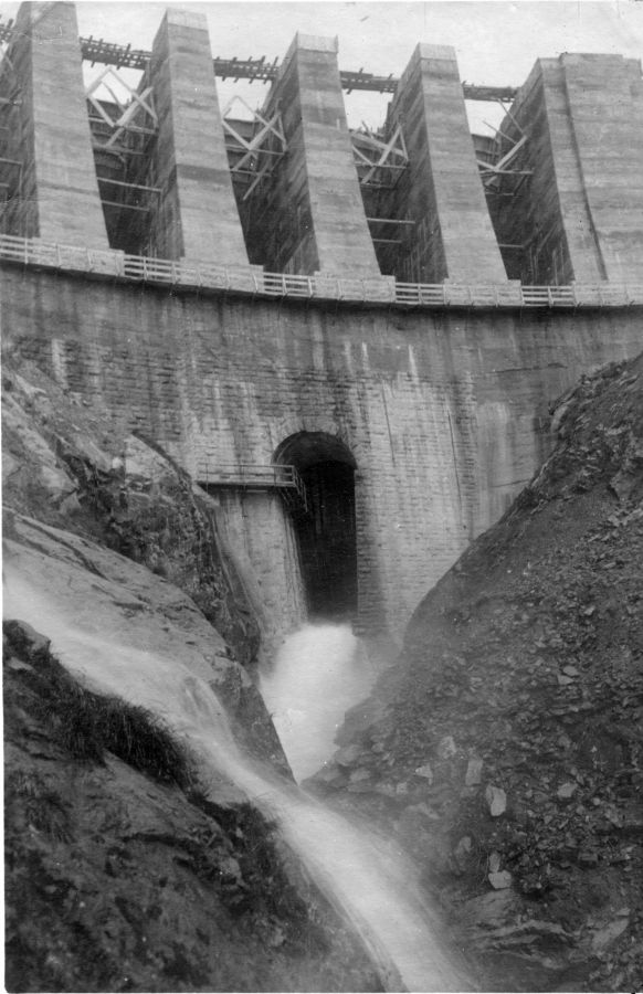 la diga in costruzione: lo scarico di fondo
