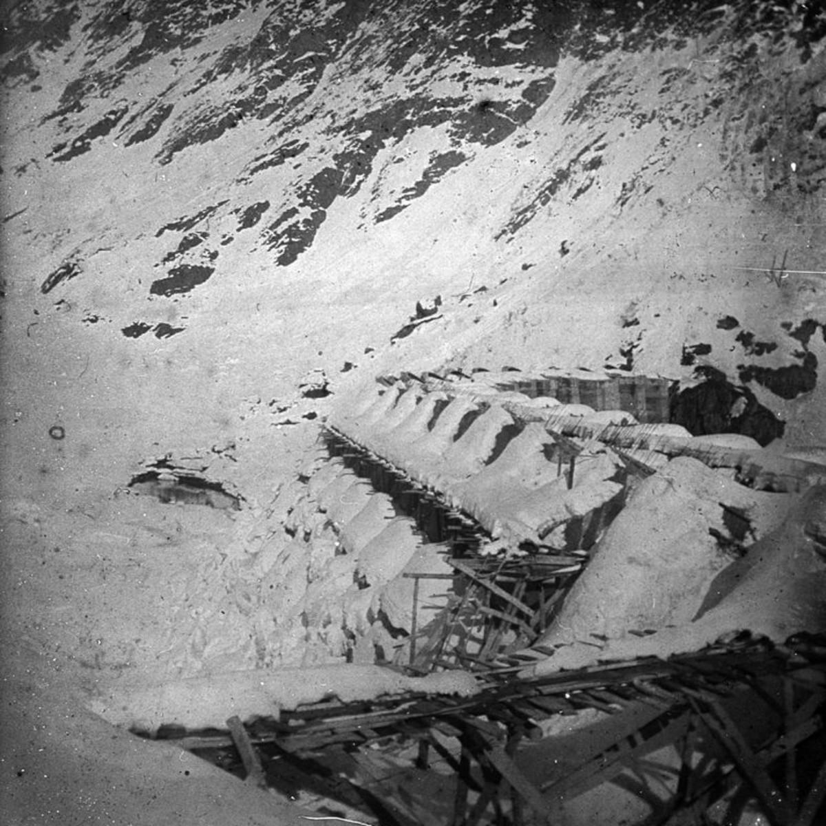 La diga del Gleno a monte, con la neve