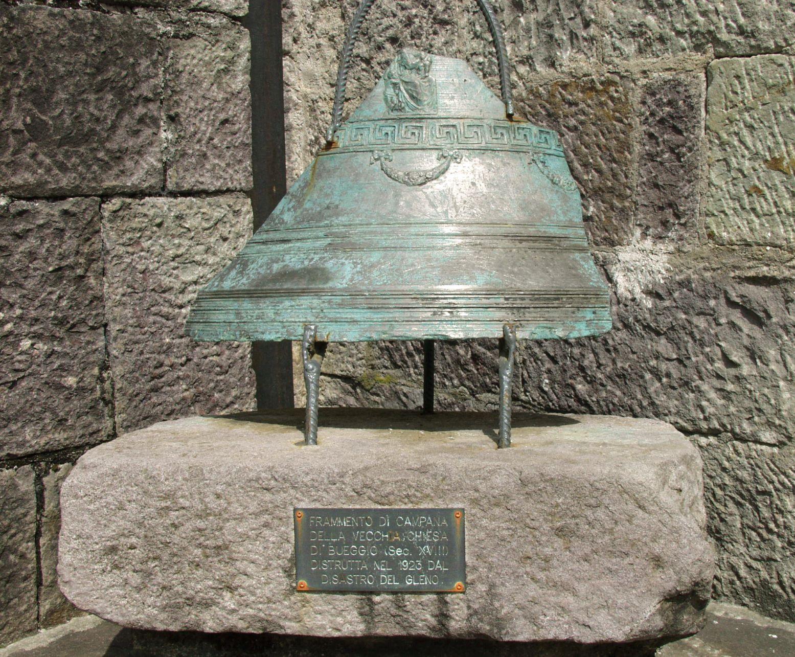 Frammento di campana della vecchia chiesa di Bueggio