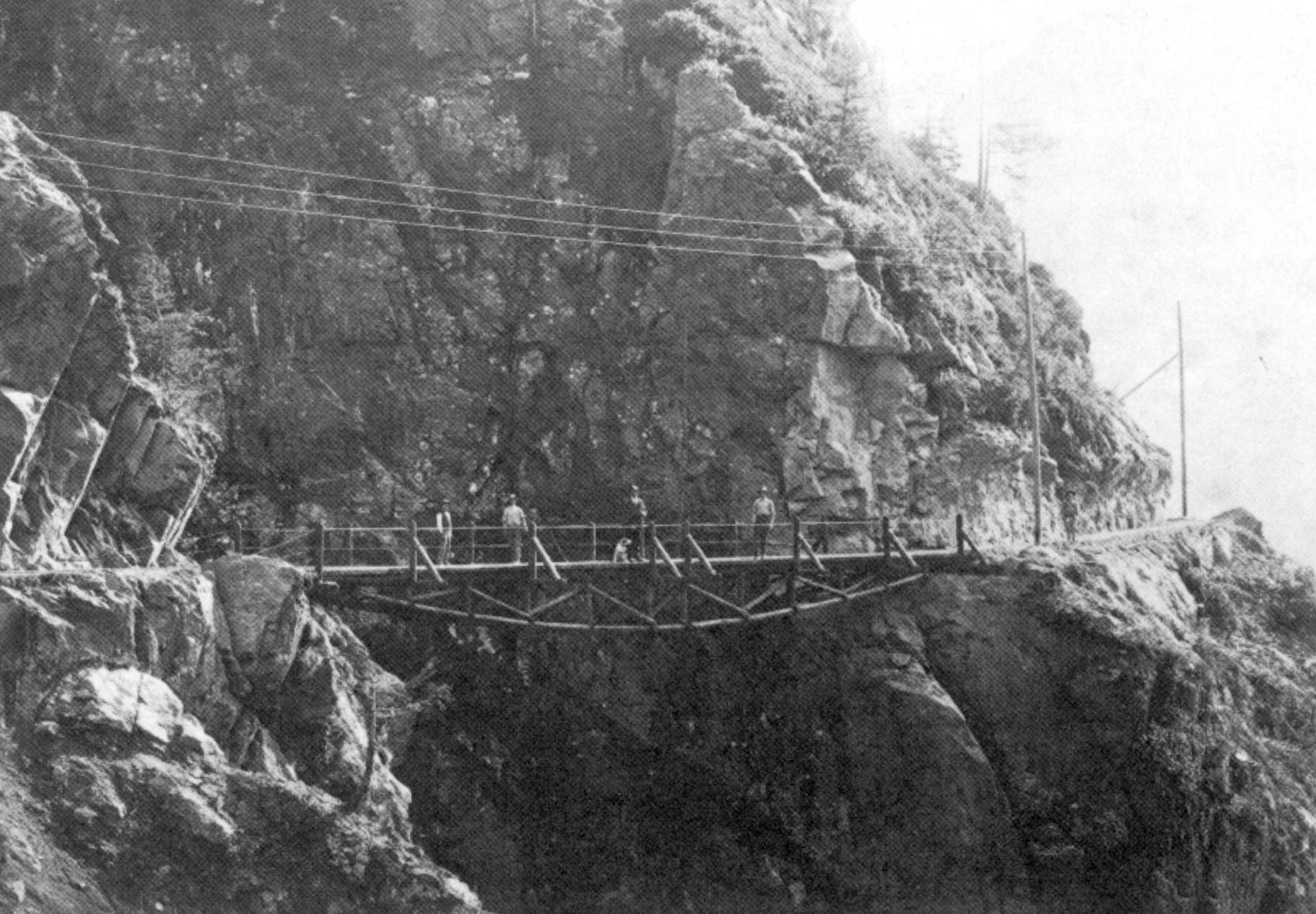 La strada di accesso ai lavori con ponte sull'orrido