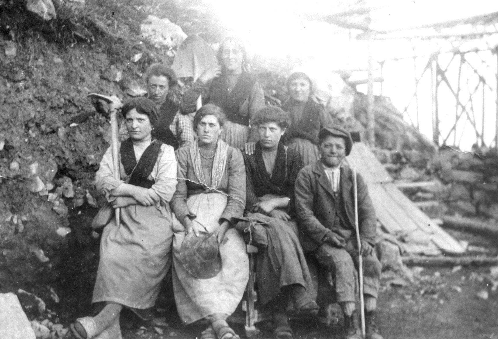 Maestranze di Pianezza durante i lavori in località Pagarulì, punto di arrivo della teleferica