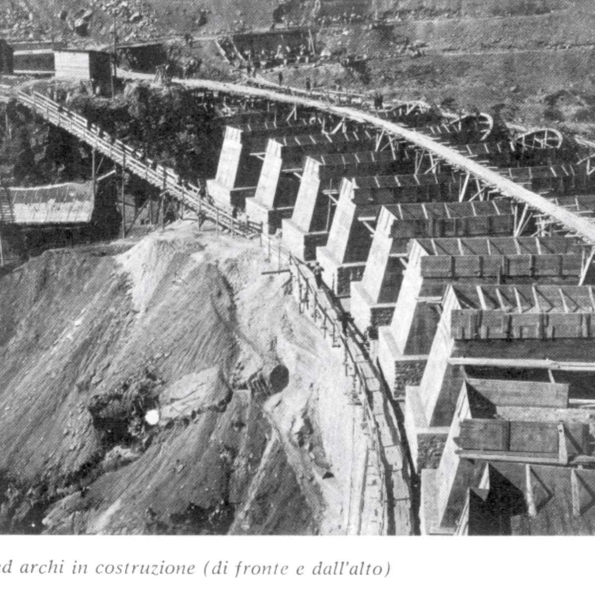 Piloni ed archi in costruzione (di fronte e dall'alto)