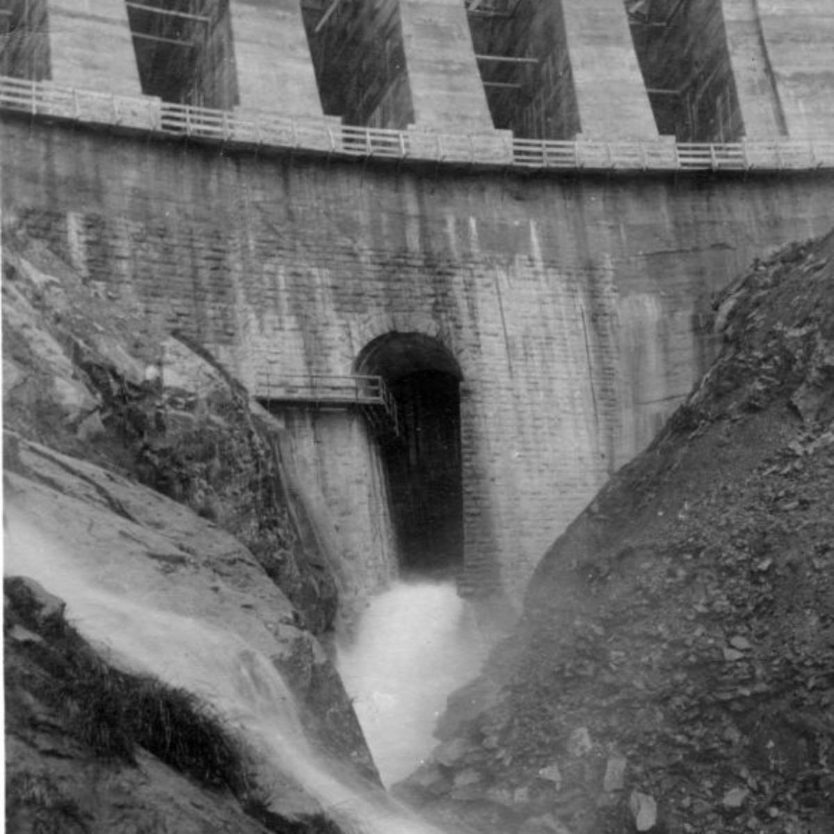 La diga in costruzione. Lo scarico di fondo