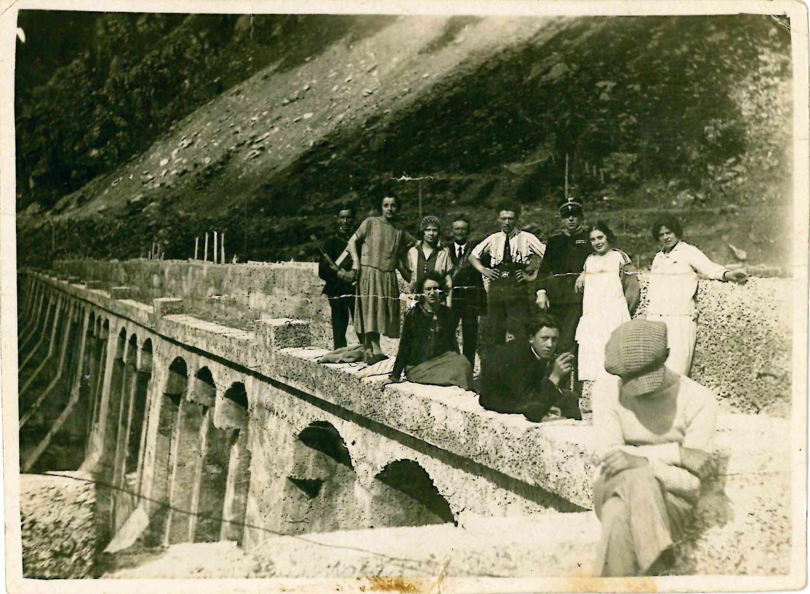 Persone in posa sulla diga_Fronte