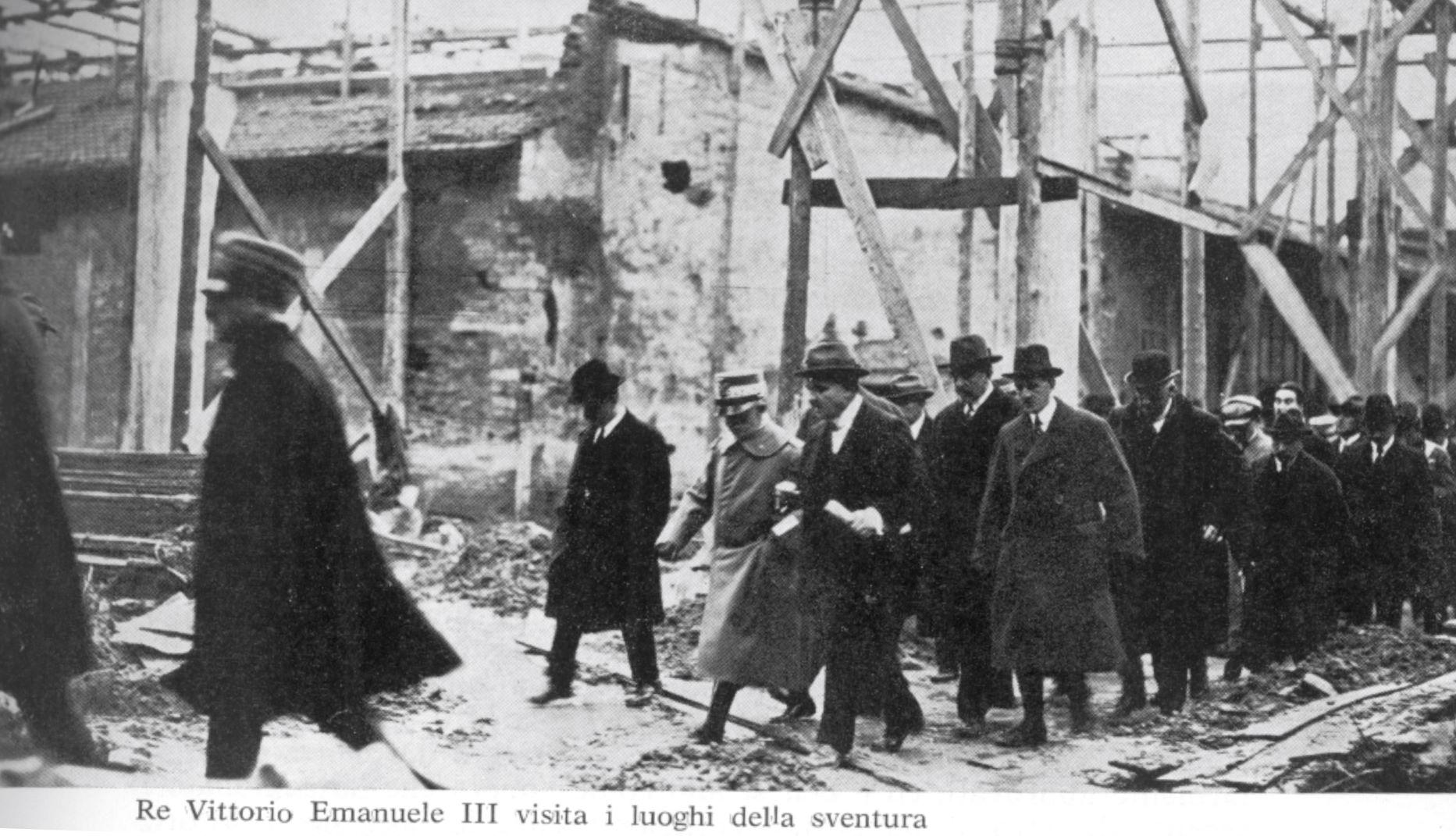 Corna, Ferriere Voltri: re Vittorio Emanuele III visita i luoghi della sventura accompagnato dall'Onorevole Bonardi e dal Ministro dei Lavori Pubblici On. Carnaz