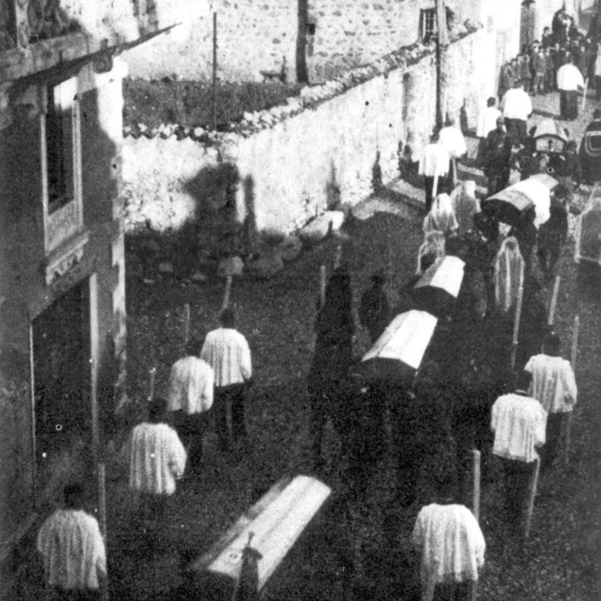 Dezzo, 4 dicembre 1923. I funerali delle vittime accompagnate dai pochi superstiti