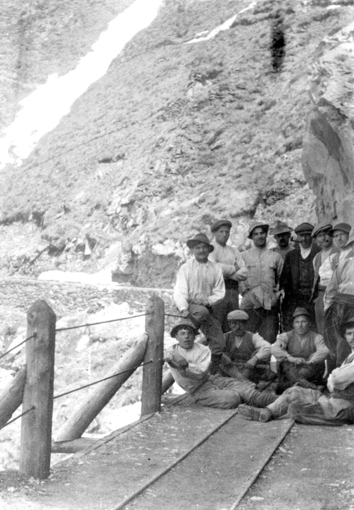 Operai al cantiere della diga