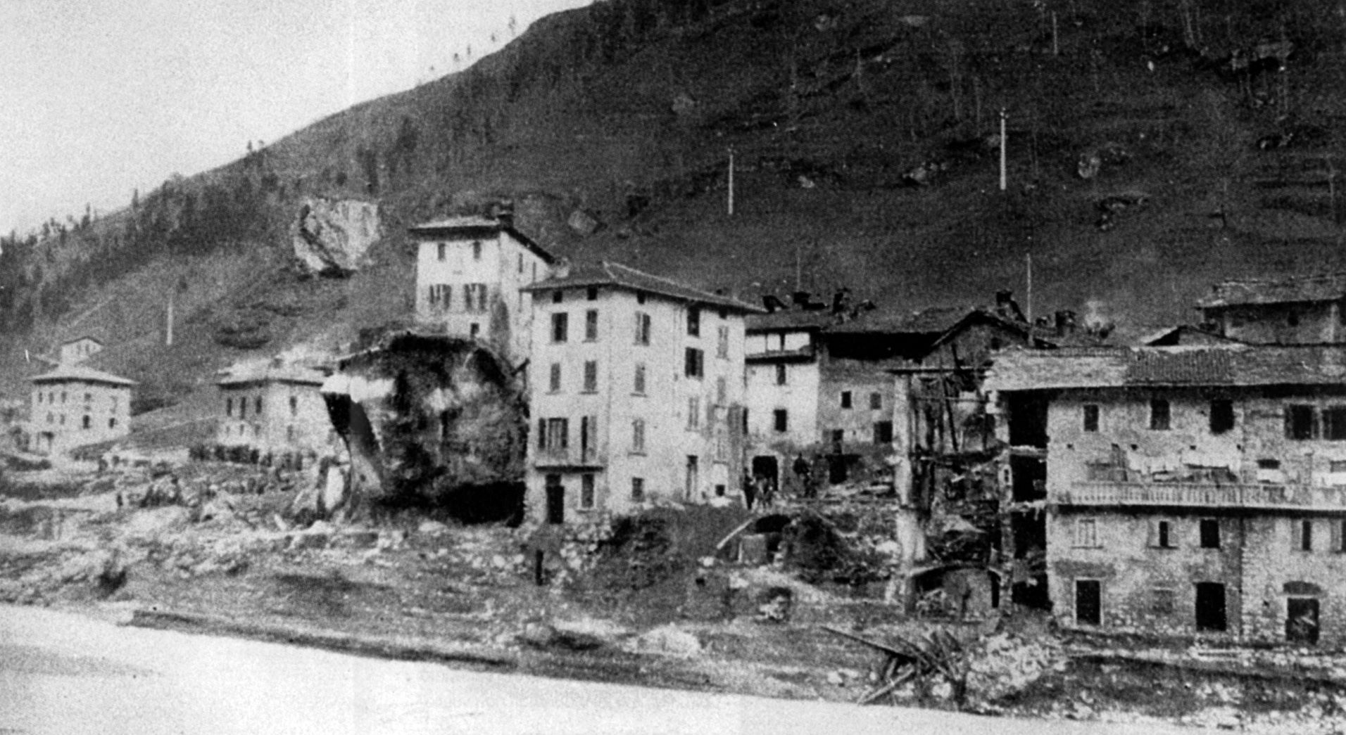 Veduta del Dezzo dopo il disastro